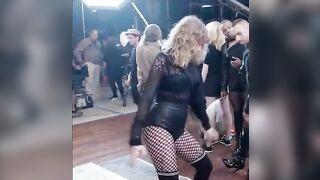 Taylor Swift's cute awkward dance gets me so hard! - Celebs