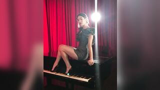 The thought of spreading Hailee Steinfeld's luscious thighs on that piano and making her scream gets me so hard. - Celebs