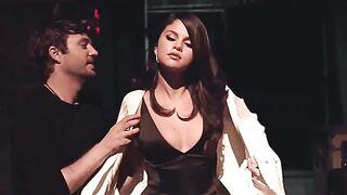 Look at Selena's beautiful tits bounce - Celebs
